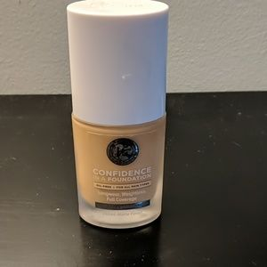 It cosmetics confidence in a foundation shade 215